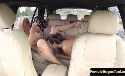 Euro taxi driver scissoring les passenger